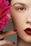 O close-up disparou dos bordos 'sexy' da mulher com batom vermelho e bonito Imagens de Stock