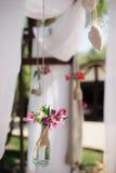 O close up disparou dos elementos da decoração do casamento do ar livre fotografia de stock