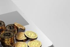 O close-up disparou nas pilhas de Bitcoin que colocam no fundo brilhante Fotos de Stock