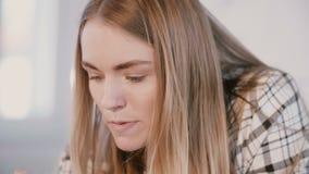 O close-up disparou no líder perito fêmea sério seguro novo da mulher de negócios que fala no escritório claro moderno, sorr filme