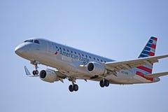 O close-up do americano Eagle Embraer ERJ-175LR operou-se pelo ar do enviado imagens de stock