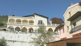 O close-up do balcão na casa de campo luxuosa na estância turística, zumbe para fora Estabelecendo o tiro vídeos de arquivo