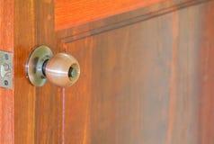 O close up do botão de porta ou o punho e a chave em de madeira com espaço da cópia adicionam o foco seleto do texto com profundi fotos de stock royalty free