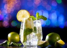 O close up do cocktail do mojito em uma barra ilumina o fundo Ingredientes e utensílios fotos de stock