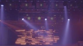 O close up do disco da fase ilumina-se em um clube Projetores que brilham brilhantemente e que desligam sobre e video estoque