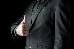 O close up do homem de negócios que mostra os polegares levanta o sinal Imagem de Stock