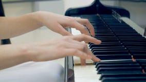O close-up do músico entrega o jogo do piano Nenhuma cara 4K video estoque