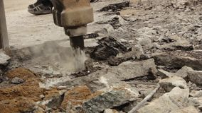 O close-up do martelo hidráulico do braço quebra o asfalto na estrada video estoque