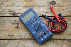 O close-up do multímetro digital no fundo de madeira, trabalhador usou ferramentas eletrônicas para o circuito verificado imagens de stock royalty free