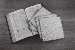 O close up do pão do Matzah serviu em jantares judaicos da páscoa judaica imagem de stock royalty free
