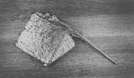 O close up do pão do Matzah serviu em jantares judaicos da páscoa judaica imagens de stock royalty free