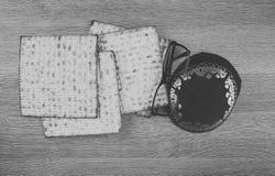 O close up do pão do Matzah serviu em jantares judaicos da páscoa judaica fotografia de stock