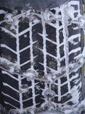 O close-up do pneumático do carro prende com corrente Fotografia de Stock Royalty Free