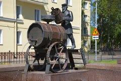 O close-up do portador de água de Kronstadt da fonte da escultura em um dia ensolarado Kronstadt Fotos de Stock