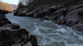 O close-up do rio da montanha video estoque