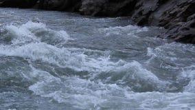 O close-up do rio da montanha filme