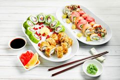 O close up do sushi japonês tradicional ajustou-se com os peixes dos salmões e de atum no fundo branco Projeto do menu da barra d foto de stock royalty free