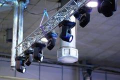 O close up do teto industrial conduziu luzes imagem de stock