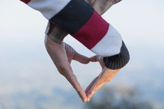 O close up dos pares que fazem a forma do coração com mãos, acopla-se no amor, foco nas mãos, nos turistas do homem e da mulher n foto de stock