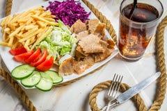 O close up dos vegetais, das fritadas e do no espeto da carne serviu com Cok frio Foto de Stock Royalty Free