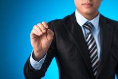 O close up em uma mão do homem de negócio guardara uma pena Imagem de Stock Royalty Free