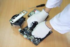 O close-up entrega o engenheiro eletrónico que faz um computador pessoal Foto de Stock