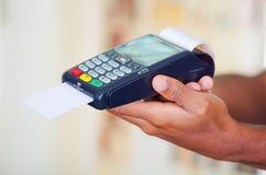 O close up entrega a sustentação do terminal na frente da câmera, ângulo do pagamento com cartão de crédito do perfil fotos de stock royalty free