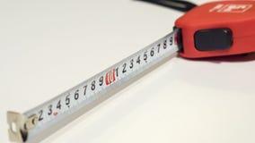 O close-up isolou a fita-linha vermelha no fundo branco Fotos de Stock Royalty Free