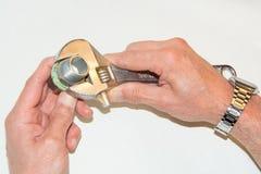 O close up a mão masculina girou a chave de chave inglesa da porca Foto de Stock