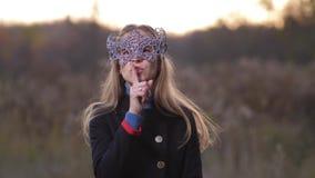 O close-up, a menina gerencie para a câmera Em sua cara é uma máscara Uma mulher faz uma emoção - 4K quieto Mo lento vídeos de arquivo