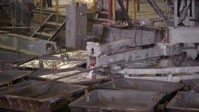 O close-up, o metal quente é derramado dos banhos especiais das fornalhas De alumínio, o material que é amplamente utilizado dent vídeos de arquivo