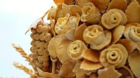 O close-up, naco do casamento, bolo, pão, decorado com várias cores da massa, rosas, massa sae Tradições do casamento filme