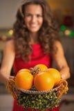 O close up no Natal decorou a placa com laranjas à disposição do youn Imagens de Stock Royalty Free