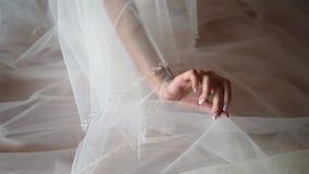 O close-up, a noiva guarda um fatu com uma mão filme