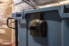 O close-up, a opinião rasa do foco de uma grande reciclagem azul e a forquilha bombeiam o caminhão considerado em um centro do ar foto de stock