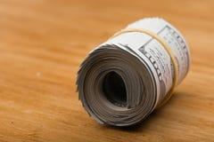 O close-up rolou cédulas americanas dos dólares imagens de stock royalty free
