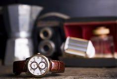 O close up tonificou o tiro dos relógios masculinos que encontram-se na tabela contra o photog Fotografia de Stock
