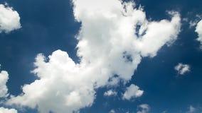 O cloudscape constante impressionante do lapso de tempo 4k disparou das nuvens macias brancas que movem-se lentamente no céu azul vídeos de arquivo