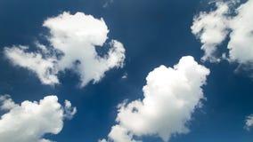 O cloudscape constante surpreendente do lapso de tempo 4k disparou das nuvens macias brancas que movem-se lentamente no céu azul  filme