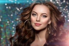 O clube da mulher ilumina o cabelo longo da menina de dança do fundo do partido Ondas imagens de stock