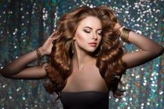 O clube da mulher ilumina o fundo do partido Cabelo longo da menina de dança onda Imagens de Stock Royalty Free