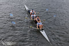 O clube de enfileiramento do beira-rio compete na cabeça do campeonato Fours de Charles Regatta Men Fotografia de Stock Royalty Free