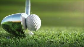 O clube de golfe bate uma bola de golfe em um movimento lento super, na manhã ensolarada video estoque