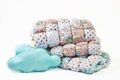 O cobertor e a nuvem dos retalhos deram forma ao descanso azul no fundo branco Fotografia de Stock