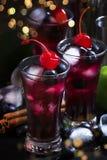 O cocktail alco?lico com mirtilo, canela e cal, nomeou-me a baga, tabela preta, foco seletivo fotografia de stock