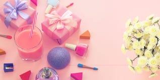 O cocktail da curva da caixa de presente do ramalhete das flores dos cosméticos dos acessórios das mulheres da forma da bandeira  imagem de stock royalty free