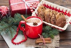 O cocktail da gemada na caneca arranjou com decoração do Natal e c foto de stock royalty free