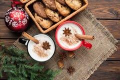 O cocktail da gemada na caneca arranjou com decoração do Natal e c fotografia de stock royalty free