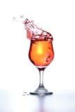 O cocktail espirra enquanto o gelo é jogado dentro fotografia de stock