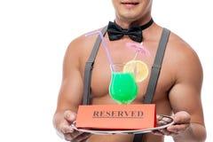 O cocktail um o vidro ligada de uma bandeja está reservado Foto de Stock Royalty Free